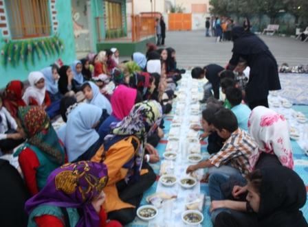 افطاری در جمع دانش آموزان مرکز آموزشی حامی